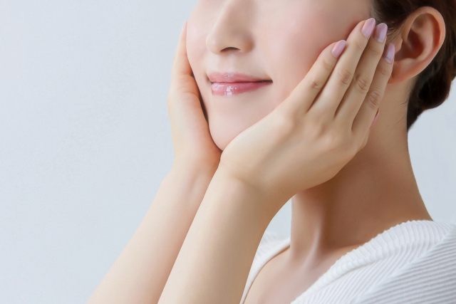 化粧水でお肌にうるおいを与え、美容液を肌に浸透させやすくする。