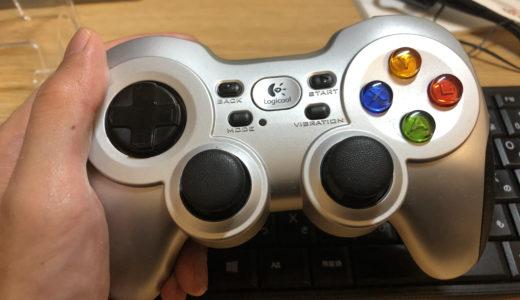 ロジクール ワイヤレスゲームパッド F710rを左手で持っている画像